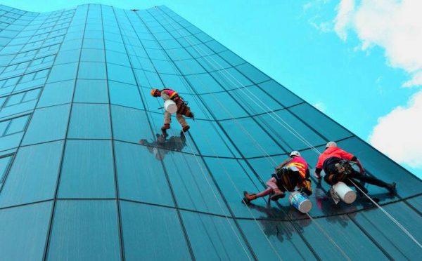 Почистване на фасада на бизнес сграда
